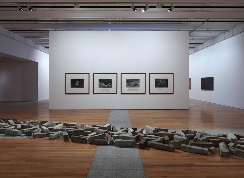 Vista da exposição / View of the exhibition Museu Coleção Berardo (1960-2010). Obras de / Works by Richard Long e / and Hamish Fulton.