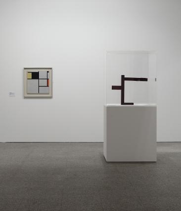 Vista da exposição / View of the exhibition Museu Coleção Berardo (1900-1960). Obras de / Works by Piet Mondrian e / and Georges Vantongerloo.