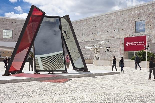 Praça Museu Coleção Berardo / Entrada / José Pedro Croft / crop 620