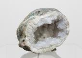 Testa, 2019, Geode, escultura em gesso patinado (Itália, c. 1950), terra, Cortesia do artista e da Galeria Vera Cortês
