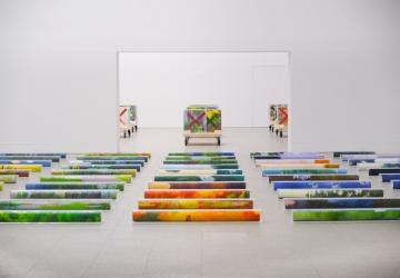 Pires Vieira, Alinhamento Rectangular Organizado, 2019, óleo sobre papel; caixas de chapa acrílica.