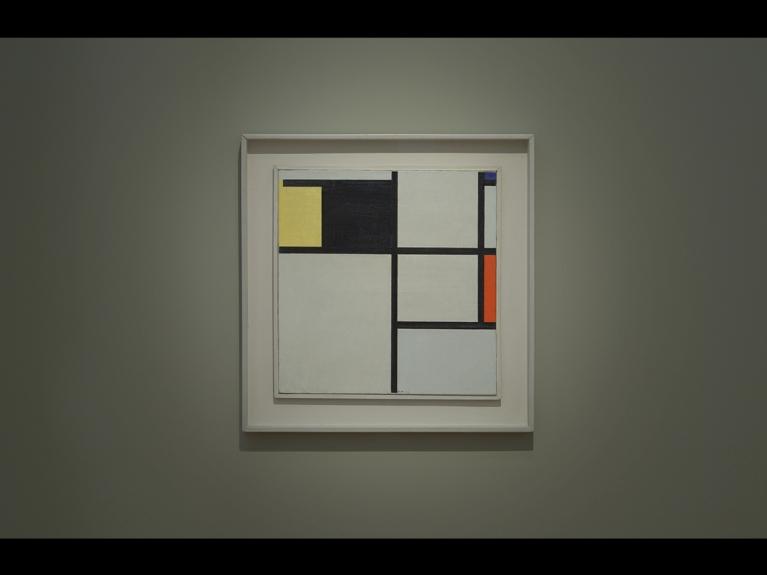 """Frame da visita com atividade """"Um olhar pela arte moderna: Construtivismo e Neoplasticismo"""" dirigida ao 3.º ciclo do programa ENVOLVER Online"""