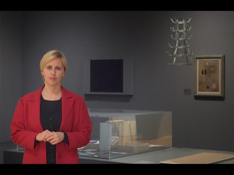 """Frame da visita com atividade """"Um olhar pela arte moderna: Dadaísmo e Surrealismo"""" dirigida ao 2.º ciclo do programa ENVOLVER Online"""