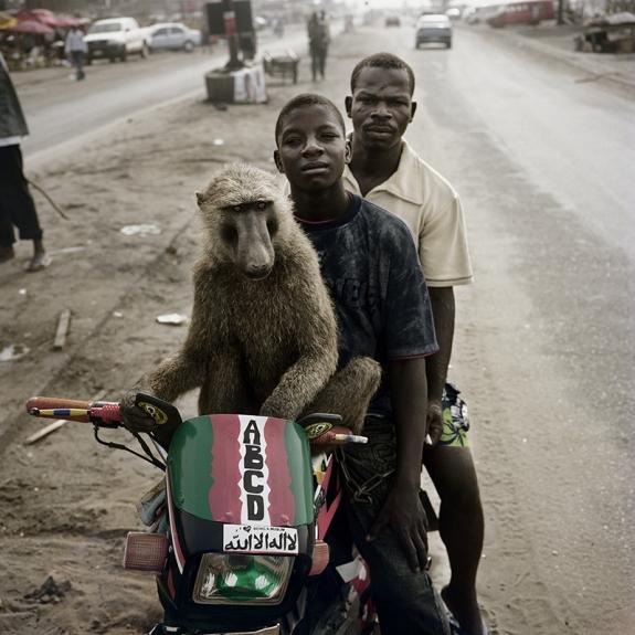 Pieter Hugo  Os Domadores de Hienas e Outros / The Hyena & Other Men  Emeka, motociclista e Abdullahi Ahmadu Asaba, Nigéria, 2007 Prova cromogénea  Emeka, motorcyclist and Abdullahi Ahmadu Asaba, Nigeria, 2007 C-print